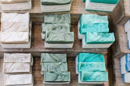 Comment choisir son savon: saponifié à froid, surgras, bio… ?